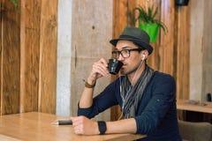 Apprécier de la musique et du café Photographie stock libre de droits