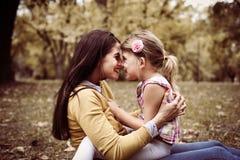 Apprécier de mère et de fille extérieur Photo stock