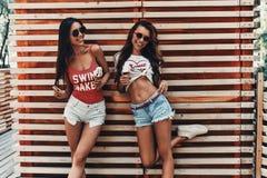 Apprécier des rafraîchissements d'été photo stock
