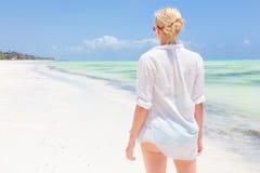 Apprécier heureux de femme, détendant joyeux en été sur la plage tropicale Image stock