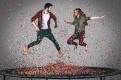 Apprécier l'amusement de confettis Image stock