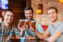 Apprécier la bière avec des amis Photos libres de droits