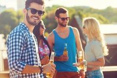 Apprécier la bière avec des amis Photo stock