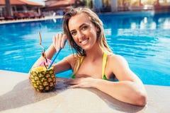Apprécier la femme de bronzage dans le bikini dans la piscine photos stock