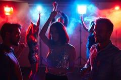 Apprécier la jeunesse à la disco Images libres de droits