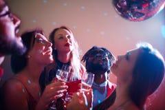 Apprécier la lumière de la boule de disco Photographie stock libre de droits