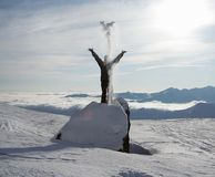 Apprécier la neige et la lumière du soleil Images stock