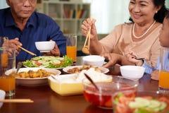 Apprécier la nourriture au dîner image stock