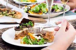 Apprécier la nourriture de partie Photo stock
