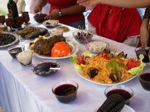 Apprécier la nourriture et la boisson péruviennes images libres de droits