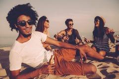 Apprécier la partie de plage avec des amis Photos libres de droits