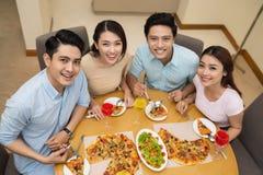 Apprécier la pizza savoureuse Image stock