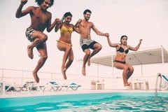 Apprécier la réception au bord de la piscine image stock