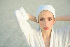 Apprécier la routine quotidienne Routine et hygiène de beauté Jeune femme en baignant la robe Jolie serviette de bain d'usage de  image stock