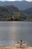 Apprécier la vue de lac Photo stock