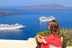 Apprécier la vue de Santorini Photos libres de droits