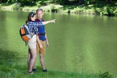 Apprécier la vue par le lac Image stock