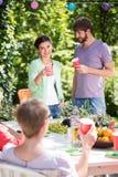 Apprécier le barbecue de jardin avec des amis Photographie stock libre de droits