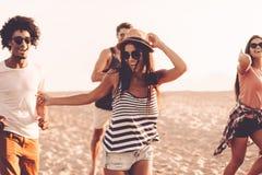 Apprécier le beau jour d'été photos libres de droits