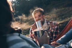 Apprécier le café chaud Jeunes couples heureux ayant le wh de café de matin Photos libres de droits