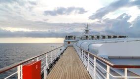 Apprécier le coucher du soleil sur un bateau de croisière images stock