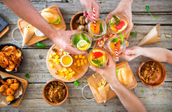 Apprécier le dîner avec des amis Vue supérieure du groupe de personnes ayant Image stock