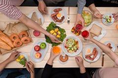 Apprécier le dîner avec des amis Vue supérieure du groupe de personnes havin Images libres de droits