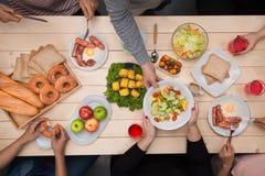 Apprécier le dîner avec des amis Vue supérieure du groupe de personnes havin Photos stock