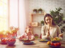 Apprécier le dîner de famille Photos libres de droits