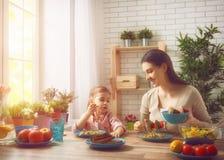 Apprécier le dîner de famille Photos stock
