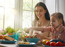 Apprécier le dîner de famille Photo stock
