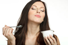 Apprécier le goût du yaourt images stock