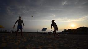 Apprécier le jeu de tennis de mode de vie de plage banque de vidéos