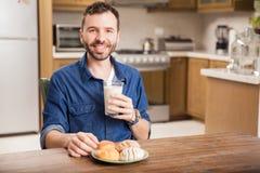 Apprécier le lait avec du pain Photographie stock libre de droits