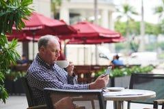 Apprécier le matin en café extérieur Photo stock