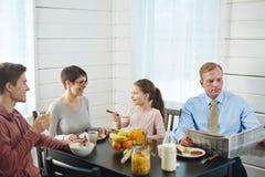 Apprécier le petit déjeuner délicieux dans la poitrine de la famille Photo libre de droits