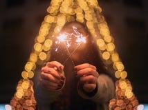 Apprécier le réveillon de Noël avec quelques étincelles images libres de droits