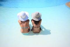 Apprécier le soleil dans une piscine Photo libre de droits