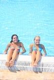 Apprécier le soleil dans une piscine Photo stock