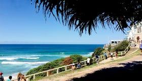 Apprécier le soleil en plage Sydney de Bondi photo stock