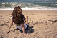 Apprécier le soleil sur la plage photos stock