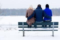 Apprécier le stationnement de l'hiver avec mes filles Image libre de droits