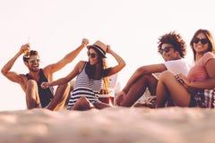 Apprécier le temps insouciant avec des amis Photos libres de droits