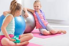 Apprécier leur période des cours de gymnastique d'école Photos stock