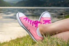 Apprécier par le lac Femme utilisant les espadrilles roses Image stock