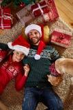 Apprécier sous l'arbre de Noël Photographie stock
