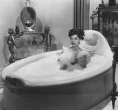 Apprécier un bain moussant Photos stock