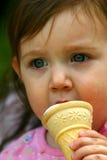 Apprécier un cône de crême glacée images libres de droits