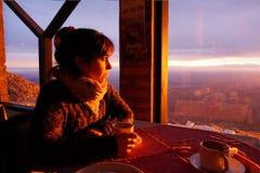 Apprécier un café sur une montagne images libres de droits