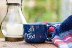 Apprécier une boisson chaude confortable en automne Image stock